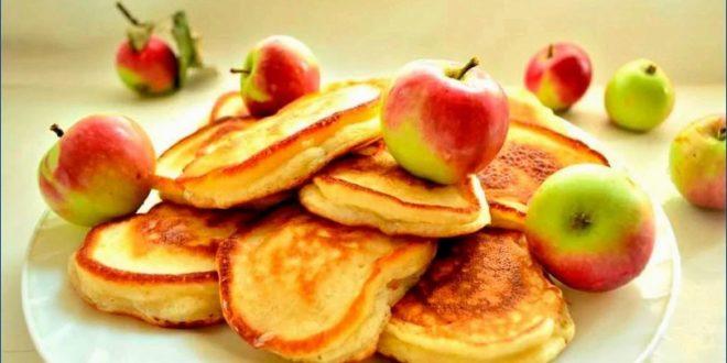 Печем вкусные оладьи с яблоками