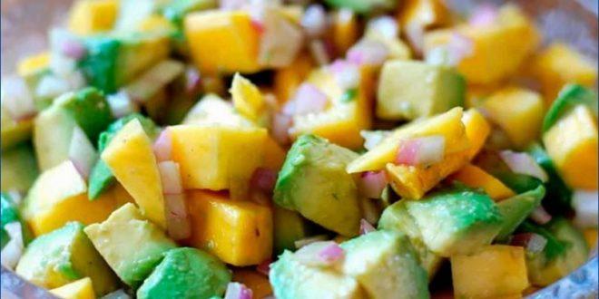 Освежающий салат с авокадо и огурцом