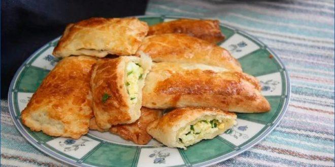 Пирожки с луком и яйцом из слоеного теста